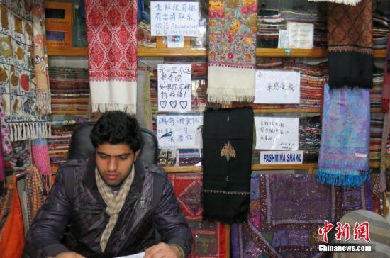 """资料图:尼泊尔店铺秀""""时尚中文""""揽客。<a target='_blank' href='http://www.chinanews.com/'>中新社</a>发 符永康 摄"""