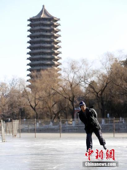 1月8日,北京市民在结冰的北京大学未名湖上滑冰。据北京市气象台消息,受扩散南下的较强冷空气的影响,北京或将在当日经历入冬以来最为寒冷的天气,预计平原地区夜间的最低气温为-9℃,白天的最高气温也只有0℃到1℃。 发 李慧思 摄