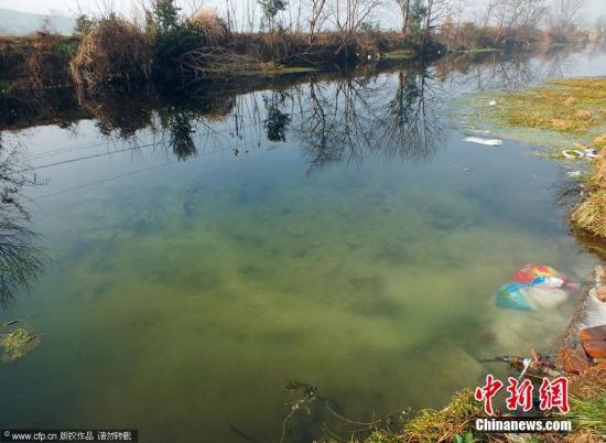 资料图:湖北宜昌,大量生活垃圾扔在新场河河水、河道中,造成水污染、湿地污染触目惊心。蒲公英 摄 图片来源:CFP视觉中国