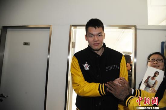 资料图:广东宏远俱乐部总经理朱芳雨,为CBA联赛得分王。中新网记者 张龙云 摄