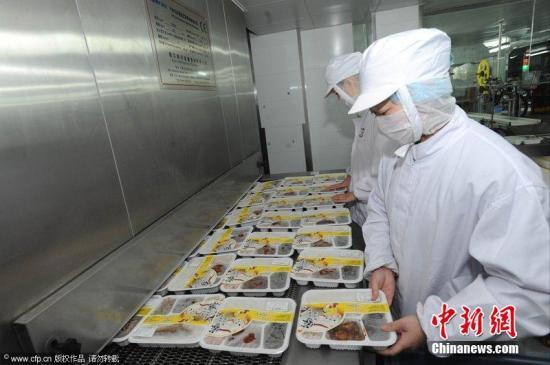 探訪高鐵盒飯生產車間 消毒嚴格全副武裝。青木 攝 圖片來源:CFP視覺中國