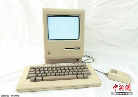 当地时间1月22日,美国加州圣地亚哥一计算机商店展示苹果老式MAC电脑,为了纪念苹果MAC(Macintosh)电脑诞生30周年。图为1984年生产的电脑。