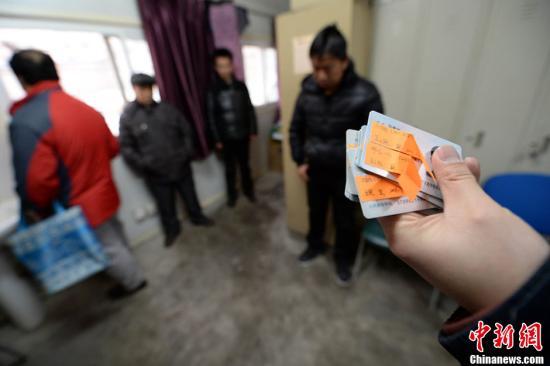 北京便衣民警儿童医院蹲守数天,抓获6名号贩子。曹博远 摄 图片来源:CFP视觉中国