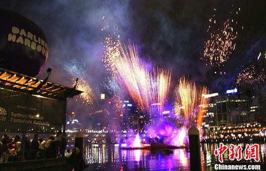 """1月26日晚,澳大利亚悉尼市民庆祝""""澳洲日""""(中新社记者 沙长华拍摄)"""