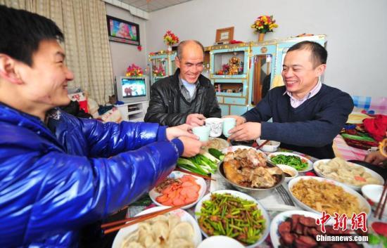 资料图:东北人家的年夜饭。中新社发 于海洋 摄