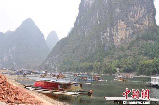 资料图:游客享受竹筏休闲游。周潇男 摄
