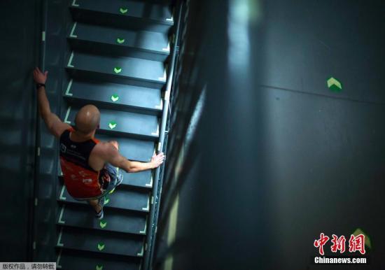 爬楼梯也是可以采取的居家健身方法。