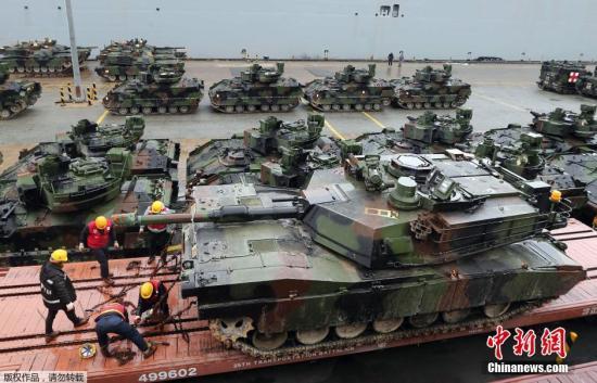 """本地工夫2014年2月7日,驻韩好军正在釜山港第8船埠停止第一拆甲师团所用配备的运输事情。好军此次摆设的拆甲年夜队由M1A2坦克、M2A3""""布雷德利""""(Bradley)战车、800余名民兵构成。"""