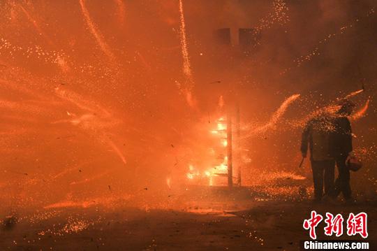 资料图:台湾盐水蜂炮。<a target='_blank' href='http://www-chinanews-com.o2oha.com/'>中新社</a>发 洪坚鹏 摄