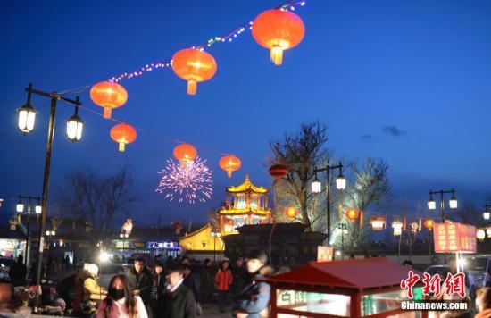 2月14日元宵节,河北蔚县暖泉古镇张灯结彩好戏连连闹元宵。中新社发 廖攀 摄