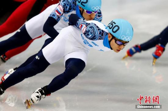 资料图:2014年2月15日,索契冬奥会短道速滑男子1000米决赛,俄罗斯包揽冠亚军,安贤洙(右)以1分25秒325夺得金牌,格里格列夫以1分25秒399夺得银牌。/p中新社发 富田 摄