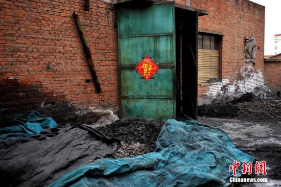 资料图:北京某锅炉房外堆放的煤渣等废弃物。记者 金硕 摄