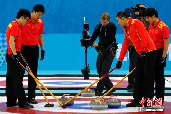 资料图:中国男子冰壶队在比赛中。<a target='_blank' href='http://www.chinanews.com/'>中新社</a>发 富田 摄