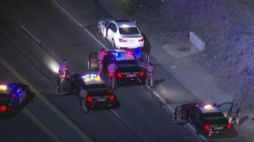 洛杉矶当地时间2月20日晚,一名中国留学生驾驶一辆宝马750轿车与警车在高速公路上周旋四十分钟后被警车碰撞逼迫停车,肇事者已被洛杉矶警方逮捕。(视频截图) 图片来源:<a target='_blank' href='http://www-chinanews-com.jkkjerseys.com/' >中新网</a>社区