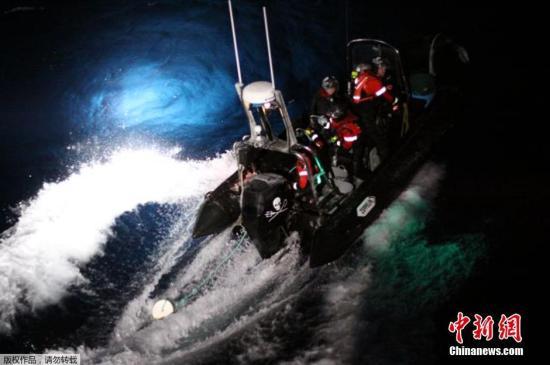 """据了解,日本时间23日下午5点半至24日凌晨0点左右,从""""海洋守护者协会""""船只上降下两艘小艇,在日本捕鲸船的船首附近航行,并抛掷绳索缠绕住螺旋桨。""""海洋守护者协会""""的船只发射信号弹抗议日本捕鲸船,但是日本捕鲸船却用语音和喷水进行反击。"""