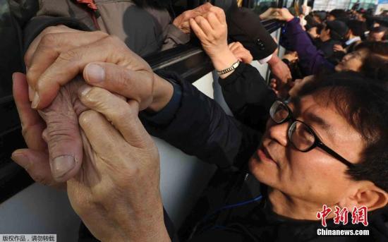 材料图:此前的韩朝离散家眷会见流动完毕,支属间洒泪话别。