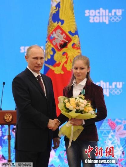 资料图:当地时间2014年2月24日,俄罗斯索契,普京出席俄罗斯功勋运动员颁奖仪式,亲自向冬奥会获奖者授予荣誉。