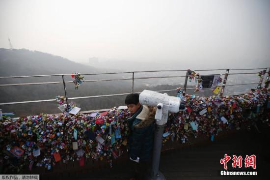 2月27日,韩国始尔,韩国民多在N始尔塔上不益看测市中间的雾霾情况。韩国SBS电视台26日的报道称,自从上周五下昼始尔PM2.5指数超过100以后,始都圈地区的微弱颗粒物不息维持在高浓度,这也是自2011年开起测量PM2.5指数以后最长时间微弱颗粒超标。韩国KBS电视台26日报道称,受来自中国雾霾影响,始尔和京畿道地区已经不息4天发布雾霾警报。始尔及周边地区的PM2.5指数达到150,是一般的3-4倍,而片面内地地区的PM2.5指数甚至达到日常的5倍之多。韩国国立科学钻研院外示,27日韩国雾霾指标仍有能够超标。