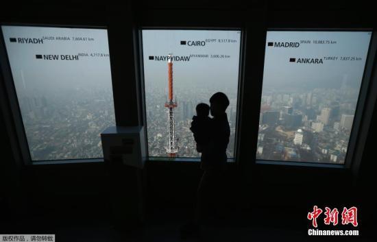 2月27日,韩国首尔,韩国民众在N首尔塔上观测市中心的雾霾情况。韩国SBS电视台26日的报道称,自从上周五下午首尔PM2.5指数超过100以后,首都圈地区的细微颗粒物持续维持在高浓度,这也是自2011年开始测量PM2.5指数以后最长时间细微颗粒超标。韩国KBS电视台26日报道称,受来自中国雾霾影响,首尔和京畿道地区已经连续4天发布雾霾警报。首尔及周边地区的PM2.5指数达到150,是平常的3-4倍,而部分内陆地区的PM2.5指数甚至达到平时的5倍之多。韩国国立科学研究院表示,27日韩国雾霾指标仍有可能超标。