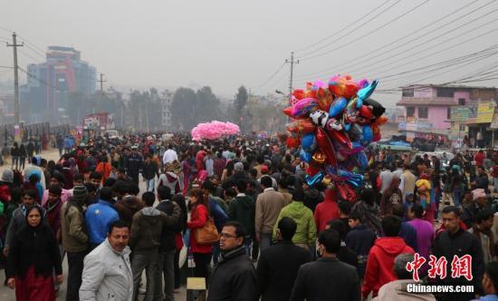 资料图 民众在帕斯帕提纳神庙附近街头排队,等待朝拜。<a target='_blank' href='http://www.chinanews.com/'>中新社</a>发 符永康 摄