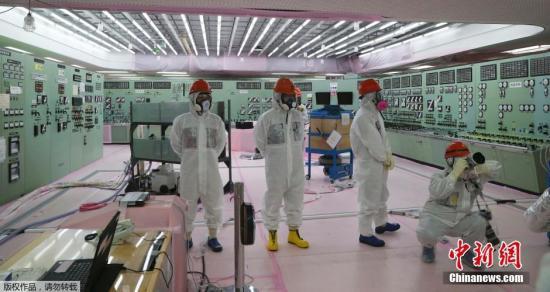 资料图:日本福岛,媒体人员被允许进入遭海啸严重破坏,出现核泄漏的福岛核电站参观。
