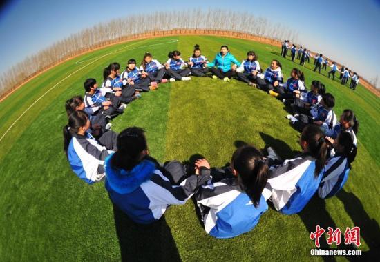 资料图:大学生支教体育老师给学生上体育课。<a target='_blank' href='http://www.chinanews.com/'>中新社</a>发 于海洋 摄
