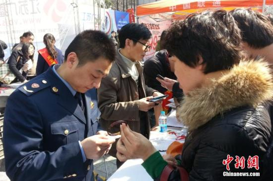 资料图:南京市举办的消费者维权服务活动。田雯 摄