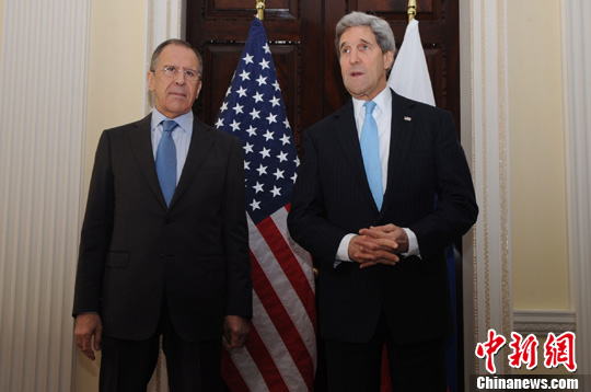 当地时间3月14日,美国国务卿克里(右)与俄罗斯外交部长拉夫罗夫在伦敦会晤,商讨乌克兰问题。发