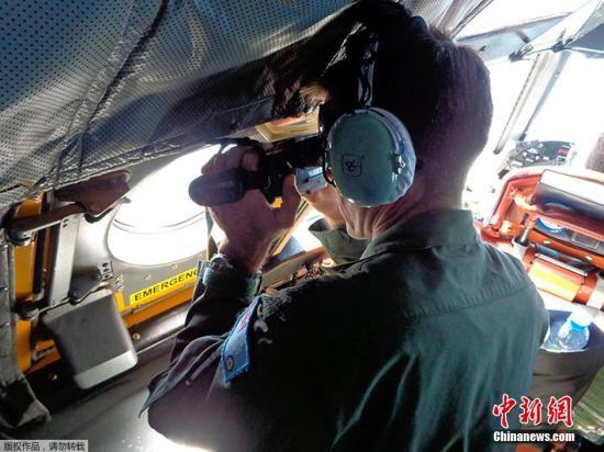 """路透:马航失联客机最有可能飞往南印度洋方向 2014年03月19日 15:26 来源:中国新闻网 参与互动(0)1       当地时间3月18日,澳大利亚皇家空军在马来西亚半岛以西海域搜寻马航失联航班。           中国海军新闻发言人梁阳18日表示,根据统一安排,中国海军将对马航失联航班现有搜救兵力进行调整,组成两支舰艇编队分赴孟加拉湾安达曼群岛以西水域和苏门答腊岛西南附近水域进行搜救。尹海明 摄     中新网3月19日电 据路透社报道,根据接近马航失联客机调查的消息源称,调查人员相信,客机"""" - 云南何记普洱茶轩 - 云南何记普洱茶轩 博客"""