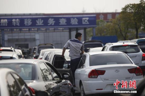 2014年3月25日,杭州,购车市民在车管所的车检区外排起了长队。图片来源:CFP视觉中国