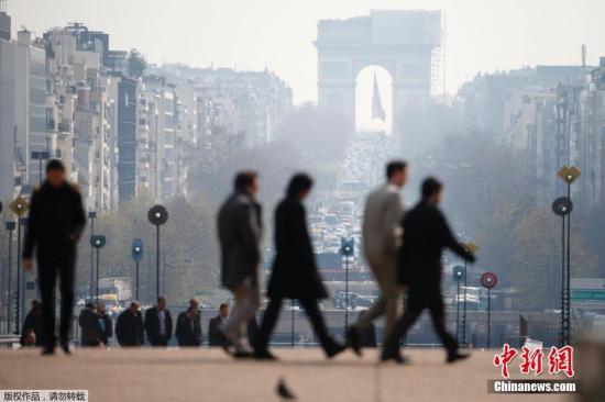 当地时间3月27日,法国巴黎再次遭遇雾霾袭击,埃菲尔铁塔等标志性建筑被浓雾笼罩。