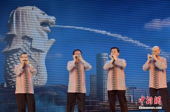 """3月28日,新加坡大路口琴重奏团演员在演奏《新加坡马来民歌》。当日,以""""传承友谊、共谋发展"""",为主题的厦门第四届南洋文化节在厦门开幕。此次南洋文化节首次实现印度尼西亚、马来西亚、菲律宾、新加坡、泰国、等东盟十国全员参与,将举办南洋特色商品展、南洋美食节、南洋研讨会等。厦门与南洋的关系源远流长,厦门是著名的侨乡,历史上华侨""""下南洋""""的主要口岸,中国最早、最重要的通商要道之一,也是中国与东南亚国家友好往来的重要门户。中新社发 张斌 摄"""