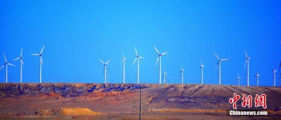 3月下旬,拍摄于新疆阿勒泰地区哈巴河县的风电基地。据了解,哈巴河县地处额尔齐斯河谷风区,日平均风速大于4米/秒,具有开发建设大型风电的良好条件。哈巴河县抓住这一优势,发展清洁能源风电项目。到2020年,哈巴河县风电装机将突破190万千瓦。刘是何 摄