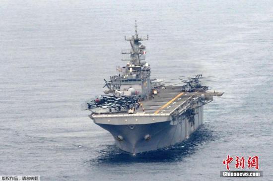 """当地时间2018-12-13,韩国浦项,韩美联合登陆演习(CJLOTS)进行,美国海军多用途两栖攻击舰""""好人理查德(LHD-6 USS Bonhomme Richard)""""号亮相军演,该演习是韩美年度军事演习""""雏鹰""""的一部分。据韩联社3月27日报道,韩美海军和海军陆战队27日开始举行名为""""双龙""""的联合登陆作战演习,演习将持续到4月7日。今年的参演兵力是1993年""""团队精神""""军演后的最大规模。"""