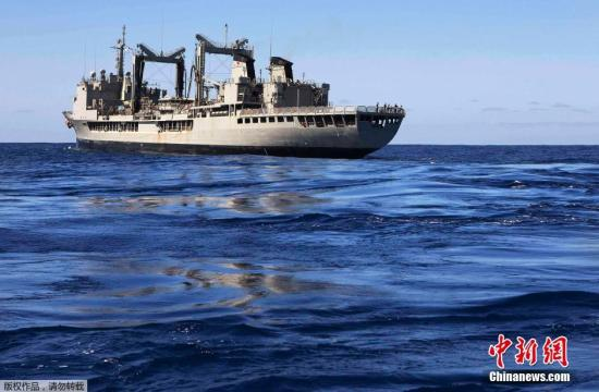 澳皇家海军舰艇成功号在南印度洋海域搜寻失联客机。 据外媒体2日报道,寻找马航370航班的工作1日仍在全速推进,有10架飞机和9艘船只投入这场多国搜救。目前留给人们寻找黑匣子的时间已所剩不多。 搜寻工作已进入第四周,除了一些卫星影像和航拍图片显示的与飞机没有关联的物体外,搜寻并未取得实质性进展。参与寻找客机的多艘船只只找到与飞机无关的碎片。3月8日,从吉隆坡起飞的马航370航班在飞往北京的途中从民用雷达上消失。 由澳大利亚前国防部长率领的新搜寻和协调机构1日说,搜寻区域的天气条件预计较差,能见度较低。联合机构协调中心(JACC)在一份声明中称,1日有...