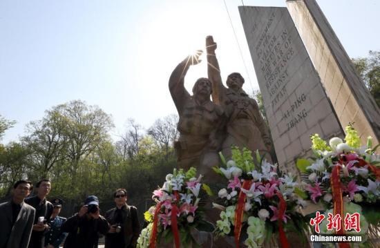 資料圖:南京各界人士來到南京抗日航空烈士紀念館,祭奠在第二次世界大戰期間在中國戰場上壯烈犧牲的抗日航空烈士。(中新社)