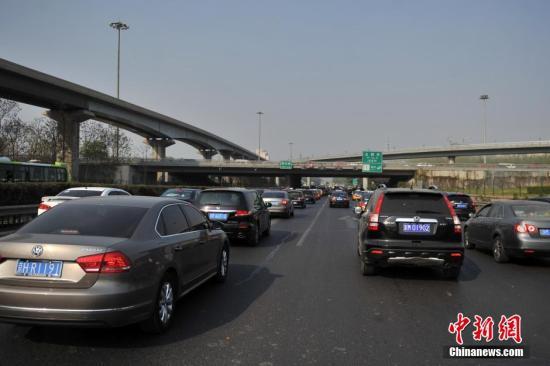 资料图:通往首都机场的高速路上车流集?#23567;?a target='_blank' href='http://www.kgdhwc.tw/' >中新网</a>记者 金硕 摄