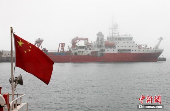 """资料图:中国目前最先进的海洋科学综合考察船""""科学""""号。中新社发 徐崇德 摄"""
