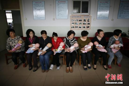 资料图。学员在天津一职业培训学校学习给婴儿喂奶。<a target='_blank' href='http://www.chinanews.com/'>中新社</a>发 佟郁 摄