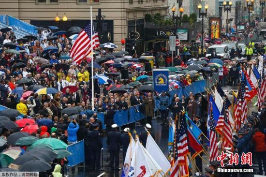 当地时间4月15日,美国在波士顿举行官方悼念纪念波士顿马拉松爆炸案一周年。活动持续三小时,美国副总统拜登到现场参加。