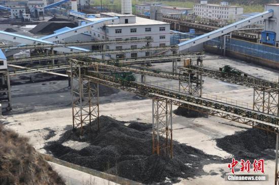 4月17日,山西娄烦万光煤焦有限公司厂区内空无一人,所有生产线处于停产状态。据山西省统计局近期发布统计数据显示,煤炭价格持续下跌,令中国煤炭大省山西的煤炭企业经营困难,煤炭行业寒冬期还在延续。<a target='_blank' href='http://www.chinanews.com/'>中新社</a>发 韦亮 摄