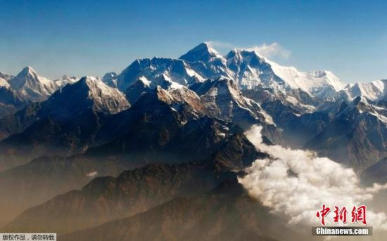 世界最高山峰珠穆朗玛峰南侧尼泊尔境内18日早上发生雪崩。尼泊尔旅游局官员当天下午向中新社记者确认,现场救援人员目前已找到12具遇难者遗体,另有4人失踪。图为珠峰资料图片。