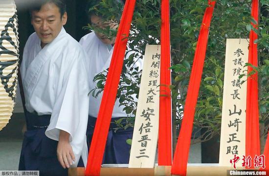 日本靖国神社举行春季大祭首相安倍晋三供奉祭品