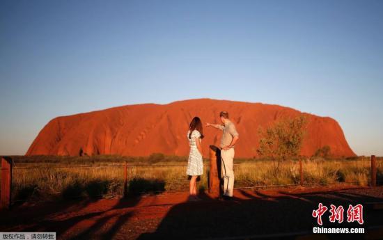 """资料图:澳大利亚""""乌鲁鲁""""巨岩。英国威廉王子和凯特王妃也曾在这里留影。"""