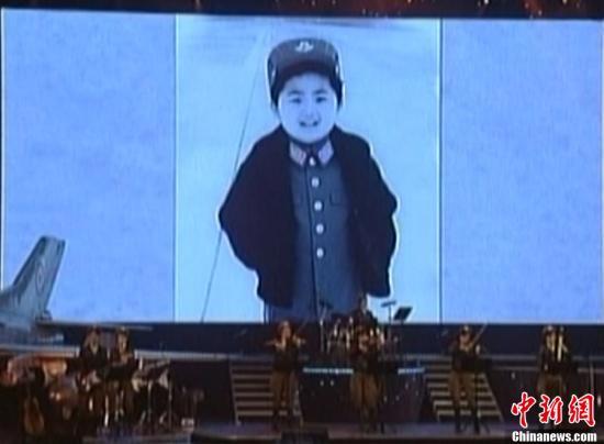 韩媒 朝公开金正恩童年照 身着空军军装图片