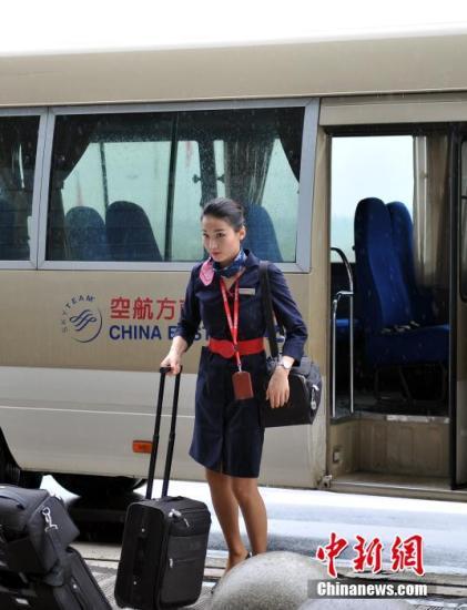 当天她们执乘的MU5261航班将于下午13时50分从南昌昌北机场起飞。图为中午时分,乘务组成员提前一个多小时搭乘机组专车前往机坪,提前登机。刘占昆 摄