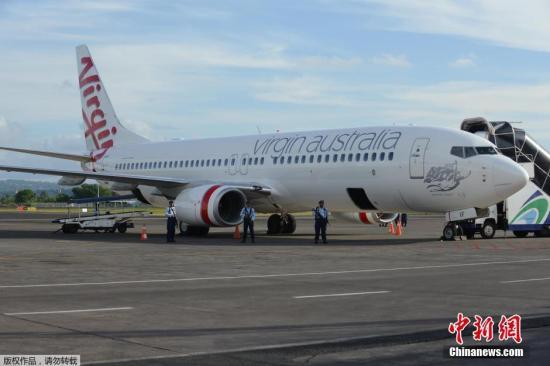 4月25日,据印度尼西亚电视台消息,维珍航空一架客机在飞往印尼巴厘岛的途中遭劫持,目前飞机迫降在巴厘岛机场。维珍航空发布声明称,计划飞往印尼的客机没有遭到劫持,试图闯进驾驶舱的乘客因喝醉。图为迫降马厘岛的客机。