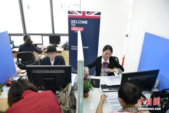 资料图:申请者办理出国旅游签证。<a target='_blank' href='http://www.chinanews.com/'>中新社</a>发 张浪 摄