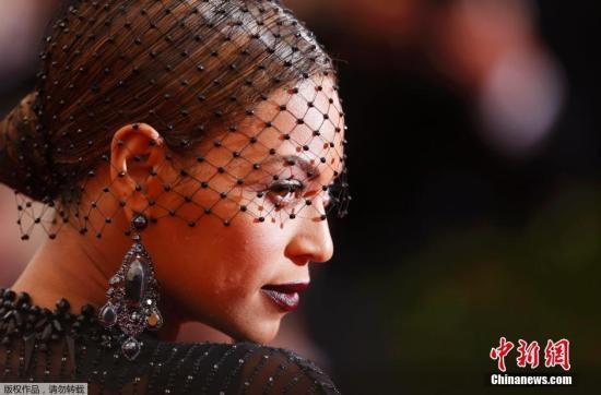 当地时间2014年5月5日,2014年MET BALL(纽约大都会时尚盛典)在纽约大都会艺术博物馆盛大举行,明星大腕儿上演红毯大PK。碧昂斯黑色透视裙显性感。