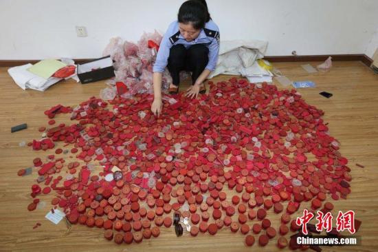 资料图:湖北襄阳捣毁一制假窝点,制造7800余假证假印章。 图片来源:CFP视觉中国
